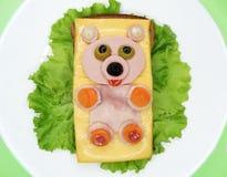 Δημιουργικό φυτικό σάντουιτς με το τυρί και το λουκάνικο Στοκ φωτογραφία με δικαίωμα ελεύθερης χρήσης