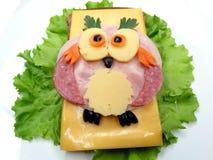 Δημιουργικό φυτικό σάντουιτς με το τυρί και το λουκάνικο Στοκ Φωτογραφίες