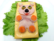 Δημιουργικό φυτικό σάντουιτς με το τυρί και το λουκάνικο Στοκ Εικόνες