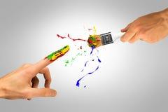 Δημιουργικό χέρι με το πινέλο που δημιουργεί το νέο άτομο Στοκ Εικόνα