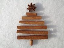 Δημιουργικό, χριστουγεννιάτικο δέντρο σχεδιαστών στο χιονώδες υπόβαθρο Στοκ Εικόνες
