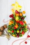 Δημιουργικό χριστουγεννιάτικο δέντρο φρούτων με τα διαφορετικά μούρα, φρούτα και Στοκ φωτογραφία με δικαίωμα ελεύθερης χρήσης