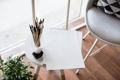 Δημιουργικό artist& x27 χώρος εργασίας του s, καλλιτεχνικά βούρτσες χρωμάτων και έγγραφο Στοκ Φωτογραφίες