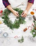 Δημιουργικό diy χόμπι Χειροποίητη διακόσμηση, διακόσμηση και γιρλάντα Χριστουγέννων τεχνών στοκ φωτογραφίες