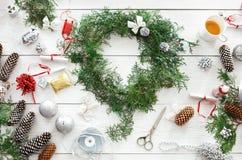 Δημιουργικό diy χόμπι Χειροποίητη διακόσμηση, διακόσμηση και γιρλάντα Χριστουγέννων τεχνών Στοκ εικόνες με δικαίωμα ελεύθερης χρήσης