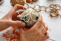 Δημιουργικό diy χόμπι Χειροποίητη διακόσμηση, σφαίρες και γιρλάντα Χριστουγέννων τεχνών Στοκ Φωτογραφία