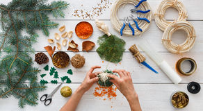 Δημιουργικό diy χόμπι Χειροποίητη διακόσμηση, σφαίρες και γιρλάντα Χριστουγέννων τεχνών Στοκ εικόνα με δικαίωμα ελεύθερης χρήσης