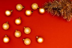 Δημιουργικό horisontal σχέδιο με τους χρυσούς κλάδους χριστουγεννιάτικων δέντρων και τα πολλαπλάσια χρυσά μπιχλιμπίδια Έννοια στοκ εικόνα με δικαίωμα ελεύθερης χρήσης