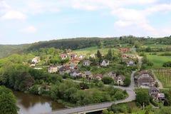 Δημοκρατία της Τσεχίας, ποταμός Sazava και το χωριό στο ανατολικά Cesky Sternberk Castle Στοκ εικόνα με δικαίωμα ελεύθερης χρήσης