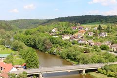 Δημοκρατία της Τσεχίας, ποταμός Sazava και το χωριό στο ανατολικά Cesky Sternberk Castle Στοκ φωτογραφία με δικαίωμα ελεύθερης χρήσης