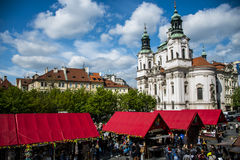 Δημοκρατία της Τσεχίας Πράγα 11 04 2014: Άνθρωποι στην αγορά μπροστά από την εκκλησία Αγίου Nikolaus Στοκ Εικόνες