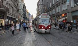 Δημοκρατία της Τσεχίας, Πράγα, στις 15 Οκτωβρίου 2017, γκρίζος-κόκκινο τραμ στην Πράγα Στοκ εικόνα με δικαίωμα ελεύθερης χρήσης