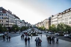 Δημοκρατία της Τσεχίας 11 της Πράγας 04 2014: Άνθρωποι που μιλούν την ιστορική πλατεία της κεντρικής Πράγας Wenceslas κτηρίων στη Στοκ φωτογραφία με δικαίωμα ελεύθερης χρήσης