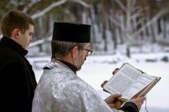 ΔΗΜΟΚΡΑΤΊΑ ΤΗΣ ΤΣΕΧΊΑΣ, ΠΊΛΖΕΝ τον Ιανουάριο, 19 2013 Ιερέας κατά τη διάρκεια της τελετής Θρησκευτική χριστιανική γιορτή των παγε στοκ φωτογραφία