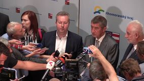 ΔΗΜΟΚΡΑΤΊΑ ΤΗΣ ΤΣΕΧΊΑΣ ΤΟΥ ΜΠΡΝΟ, ΣΤΙΣ 2 ΜΑΐΟΥ 2018: Ο πρωθυπουργός Andrej Babis και Richard Brabec έφθασε για τους πολίτες του Μ απόθεμα βίντεο