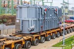 ΔΗΜΟΚΡΑΤΊΑ ΤΗΣ ΤΣΕΧΊΑΣ, PRESTICE, ΣΤΙΣ 11 ΝΟΕΜΒΡΊΟΥ 2014: Μεταφορά των βαριών, μεγάλου μεγέθους φορτίων και των μηχανημάτων κατασ Στοκ εικόνα με δικαίωμα ελεύθερης χρήσης