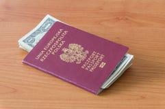 Δημοκρατία του βιομετρικού διαβατηρίου της Πολωνίας με τα τραπεζογραμμάτια ενός δολαρίου Στοκ Εικόνες