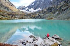 Δημοκρατία Altai, ust-Koksinsky περιοχή, Ρωσία Νέα γυναίκα meditates σε μια πέτρα στη λίμνη Kuiguk Kuyguk στοκ φωτογραφία με δικαίωμα ελεύθερης χρήσης
