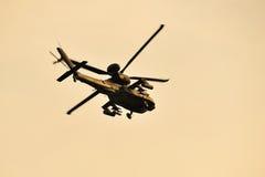 Δημοκρατία flypast επιθετικών ελικοπτέρων τόξων Apache Πολεμικής Αεροπορίας της Σιγκαπούρης (RSAF) κατά τη διάρκεια της πρόβας 201 Στοκ Φωτογραφία