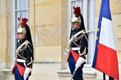 Δημοκρατικές φρουρές Matignon ξενοδοχείων της τιμής Στοκ εικόνα με δικαίωμα ελεύθερης χρήσης
