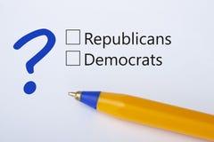 Δημοκρατικοί ή δημοκράτες - τετραγωνίδιο με έναν κρότωνα στη Λευκή Βίβλο με την κίτρινη μάνδρα Έννοια πινάκων ελέγχου στοκ φωτογραφίες με δικαίωμα ελεύθερης χρήσης