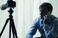 Δημοσιογράφος ή ιδιωτικός αστυνομικός στην εργασία Στοκ Φωτογραφίες