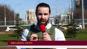 Δημοσιογράφος με ένα μικρόφωνο που φορά μια φανέλλα απόθεμα βίντεο