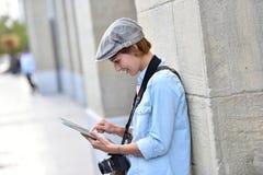 Δημοσιογράφος φωτογραφιών γυναικών στις οδούς πόλεων Στοκ φωτογραφίες με δικαίωμα ελεύθερης χρήσης