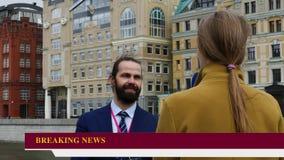 Δημοσιογράφος TV που παίρνει τη συνέντευξη με τον πολιτικό απόθεμα βίντεο