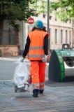 Δημοτικός υπάλληλος γυναικών που παίρνει τα απορρίματα υπό εξέταση Στοκ Εικόνα