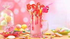 Δημοφιλή φρικτά κουνήματα φραουλών τάσης milkshakes στοκ φωτογραφίες