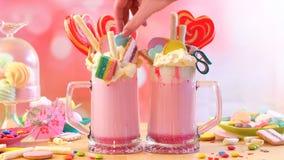 Δημοφιλή φρικτά κουνήματα φραουλών τάσης milkshakes στοκ φωτογραφία