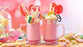 Δημοφιλή φρικτά κουνήματα φραουλών τάσης milkshakes στοκ εικόνες