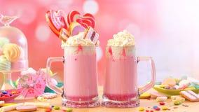 Δημοφιλή φρικτά κουνήματα φραουλών τάσης milkshakes στοκ εικόνα
