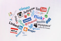 Δημοφιλή κοινωνικά λογότυπα ιστοχώρου μέσων στη οθόνη υπολογιστή Στοκ εικόνα με δικαίωμα ελεύθερης χρήσης