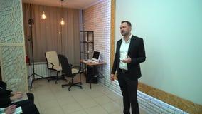 Δημόσια έννοια κατάρτισης γραφείων συνεδρίασης των διασκέψεων σεμιναρίου επιχειρηματιών παρουσίασης ακούσματος ακροατηρίων 4k φιλμ μικρού μήκους