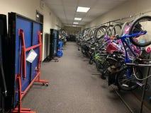 Δημόσια βιβλιοθήκη ποδηλάτων για κάθε οικογένεια στο κατοικημένο κτήριο στοκ εικόνες με δικαίωμα ελεύθερης χρήσης