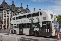 Δημόσια κυκλοφορία, άσπρο λεωφορείο διόροφων λεωφορείων στη γέφυρα του Γουέστμινστερ Στοκ εικόνα με δικαίωμα ελεύθερης χρήσης