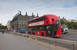 Δημόσια κυκλοφορία, κόκκινο λεωφορείο διόροφων λεωφορείων στη γέφυρα του Γουέστμινστερ Στοκ Εικόνες