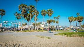 Δημόσια παραλία της Βενετίας πάρκων και παραλιών Περίπατος τουριστών στο γραφικό πάρκο στο Λος Άντζελες, Καλιφόρνια Στοκ Εικόνες