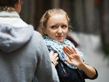 Δημόσια παρενόχληση: άτομο που χαράζει το ενοχλημένο κορίτσι Στοκ φωτογραφία με δικαίωμα ελεύθερης χρήσης