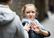 Δημόσια παρενόχληση: άτομο που χαράζει το ενοχλημένο κορίτσι Στοκ εικόνα με δικαίωμα ελεύθερης χρήσης
