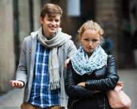 Δημόσια παρενόχληση: άτομο που χαράζει το ενοχλημένο κορίτσι Στοκ Εικόνα