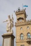 Δημόσια παλάτι και άγαλμα της ελευθερίας marino SAN Δημοκρατία του SAN Μ Στοκ φωτογραφία με δικαίωμα ελεύθερης χρήσης