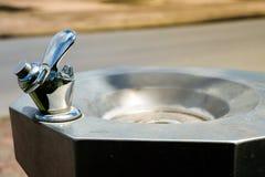 Δημόσια στρόφιγγα κατανάλωσης νερού με το νεροχύτη που τίθεται στην οδό για το obj Στοκ Φωτογραφία