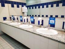 Δημόσια τουαλέτα στο σταθμό αερολιμένων στοκ φωτογραφία
