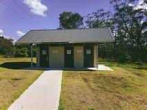 Δημόσια τουαλέτα στην περιοχή Αυστραλία υπολοίπου εθνικών οδών επιφύλαξης στρατόπεδων ταύρων Στοκ Εικόνες