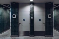 Δημόσιες είσοδοι τουαλετών στο τερματικό αερολιμένων στοκ εικόνα