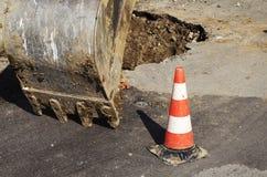Δημόσιες εργασίες συντήρησης οδών, εκσκαφέας Στοκ Φωτογραφίες