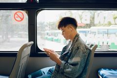 δημόσιες συγκοινωνίες Άνθρωποι στο λεωφορείο Ασιατική συνεδρίαση ατόμων μέσα στο CI Στοκ Εικόνες